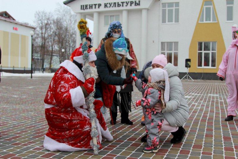 Мордовский Дед Мороз поздравляет сельчан на улицах райцентра