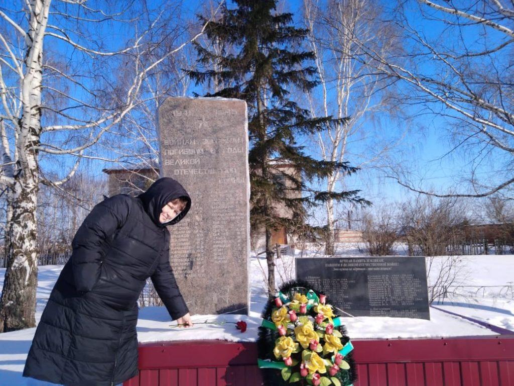 23 февраля в День защитника Отечества возложили цветы к памятникам в честь павших в годы Великой Отечественной войны.