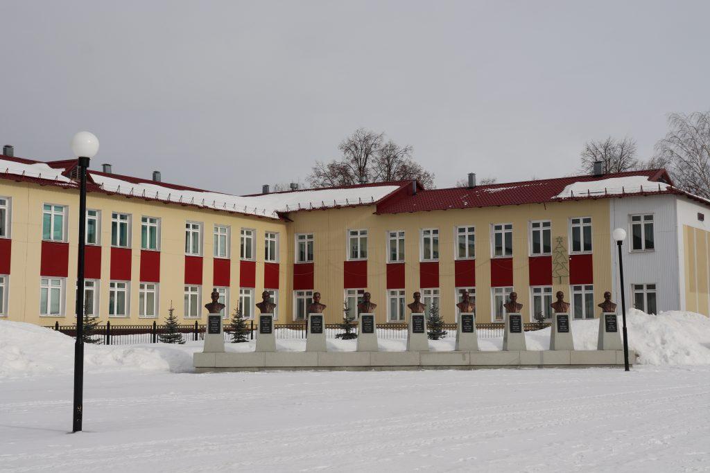 Мемориальный комплекс с бюстами героев Советского Союза