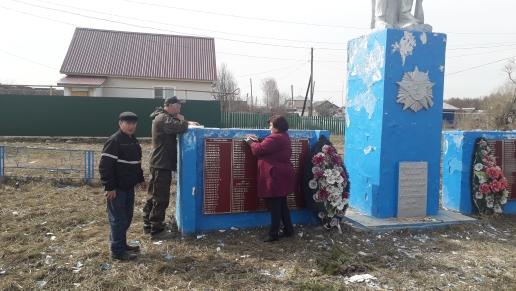 Уборка территории памятника в Богдановском сельском клубе.