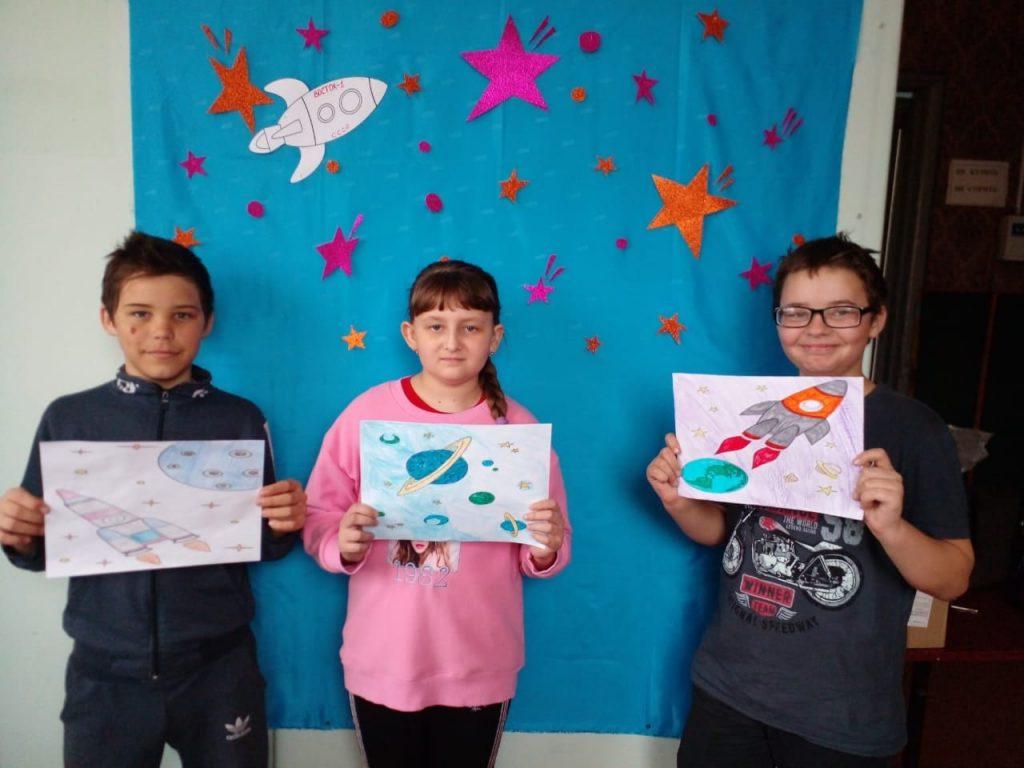 В Конопатском сельском клубе ко дню космонавтики дети рисуют космические рисунки.