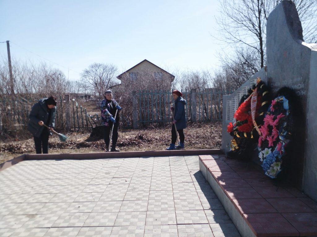 16 апреля была проведена уборка территории памятника погибшим воинам в годы ВОВ 1941-1945гг.в Конопатском сельском поселении.