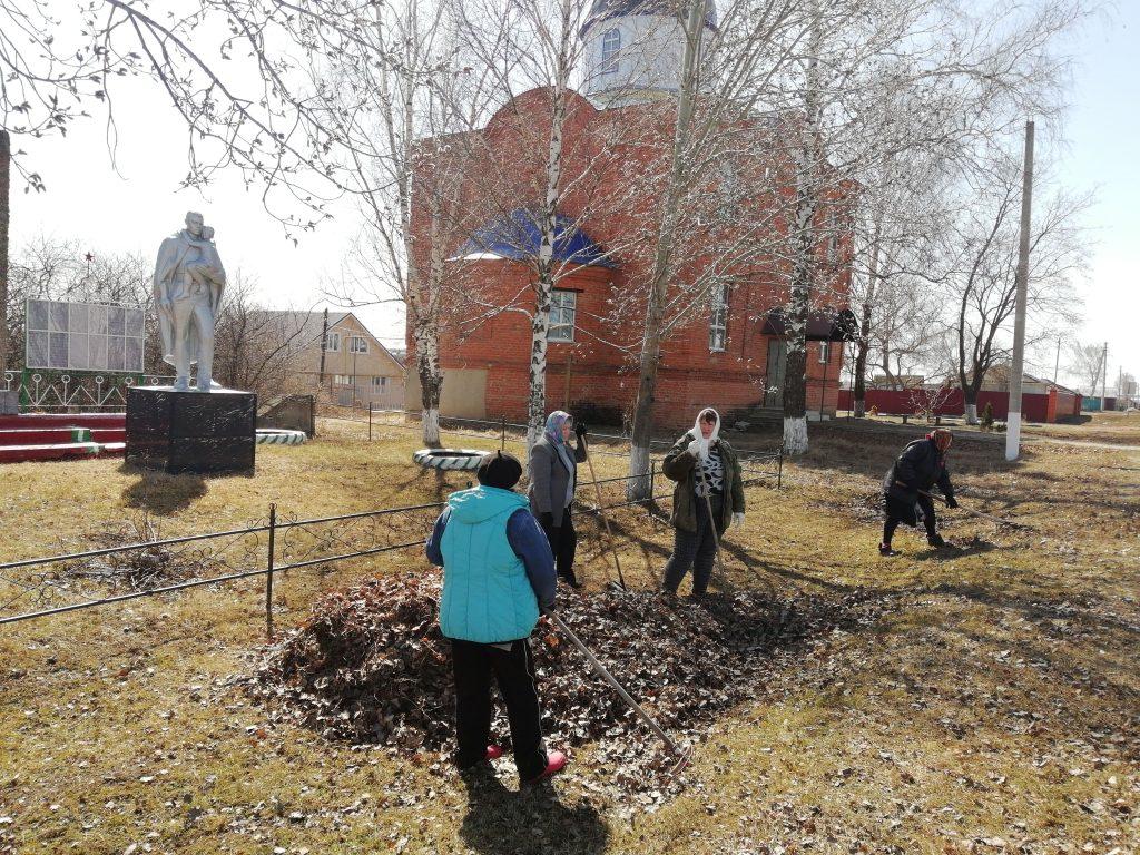На территории памятника воинам, погибшим в Великой Отечественной войне 1941 -1945гг. села Шигонь был организован субботник.