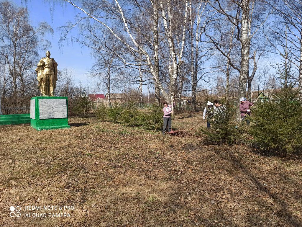 16 апреля в селе Летки прошёл субботник на территории парка где находится памятник павшим воинам в годы Великой Отечественной войны.