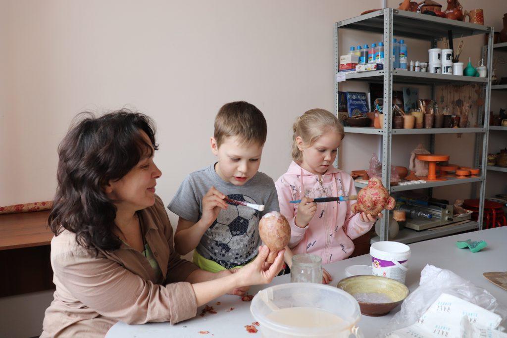 В студии гончарного ремесла идет работа по изготовлению кукол из папье-маше.