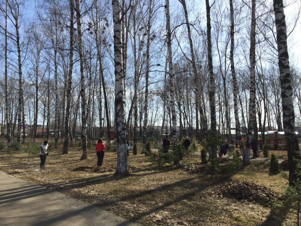 С приходом теплых солнечных дней работники культуры Старошайговского муниципального района приступили к уборке территории парка культуры и отдыха.