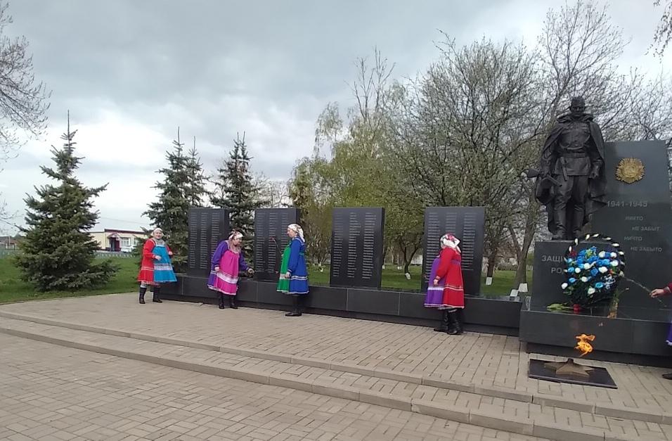 9 мая в день Великой Победы, в селе Старая Теризморга работники Администрации сельского поселения, культуры и школы возложили венки и цветы к монументу павших воинов.