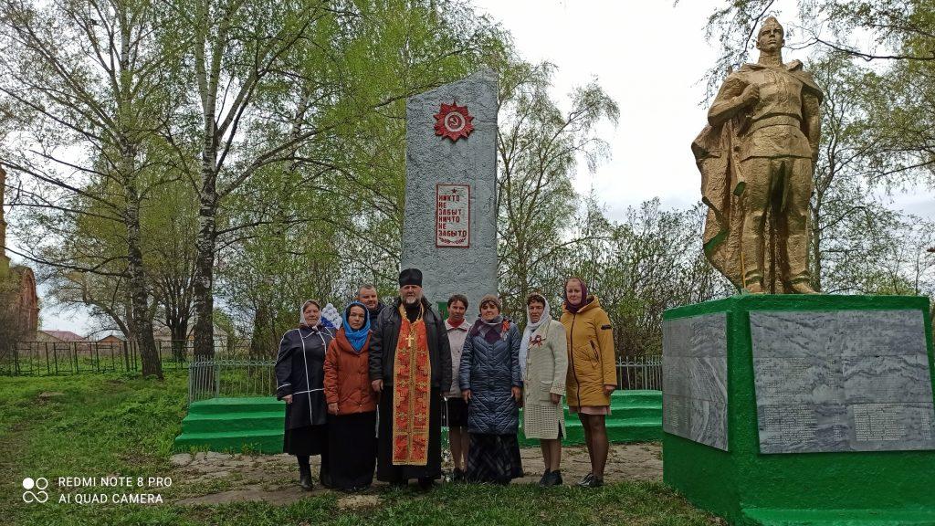 9 мая с самого утра жители села Летки приносят цветы к Обелиску павшим воинам .