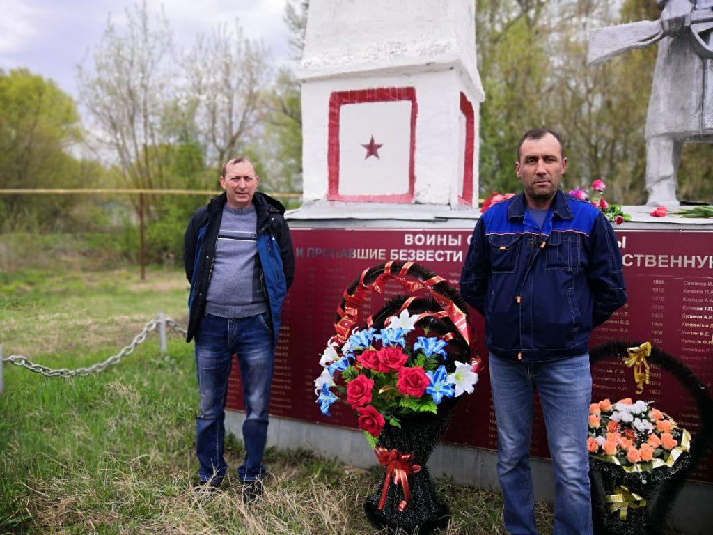 Возложение венков к памятнику погибшим и пропавшим без вести воинам односельчанам с.Мельцаны в годы ВОВ (1941-1945г.г.).