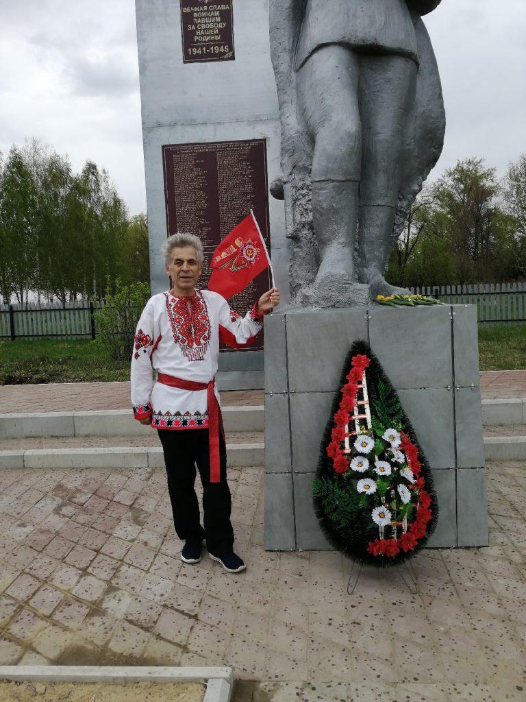 Возложение венка и цветов к памятнику павшим воинам в годы Великой Отечественной войны в селе Лемдяй.