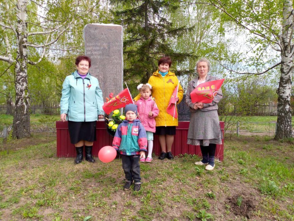 Участие Восходского сельског клуба, библиотеки и сельской администрации в возложении венка и цветов.