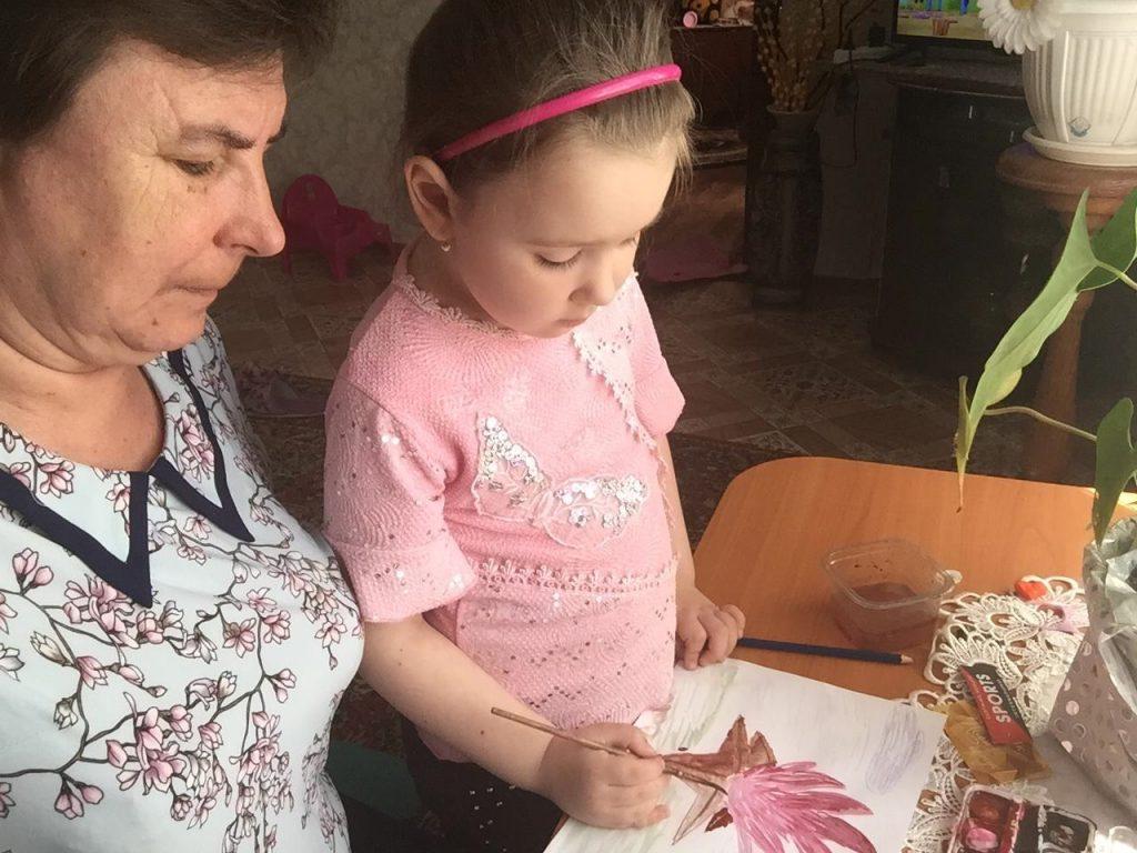 Саша Логунова с бабушкой Галиной Петровной из села Ингенер-Пятина присоединились к международному флешмобу семейного творчества «Вечный огонь в нашем сердце». #вечныйогонь, #рисуемсмосгазом