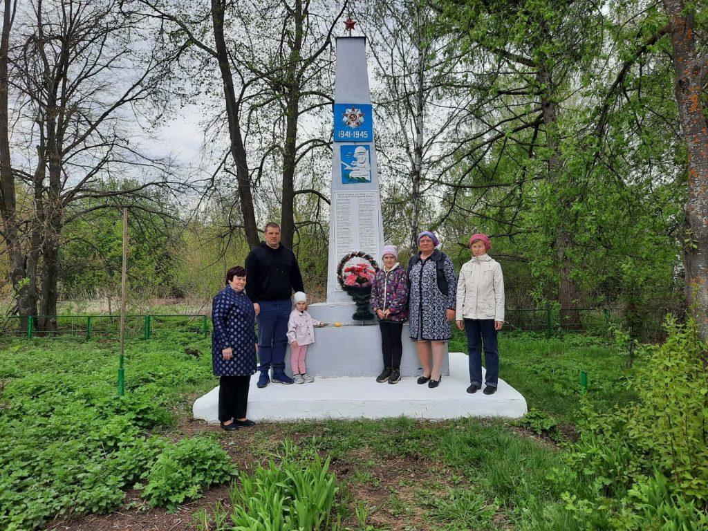 Возложение венка и цветов к памятнику погибшим воинам в селе Рязановка.