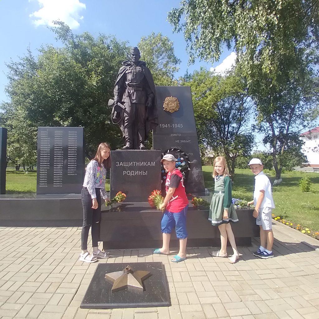 """22 июня, в День памяти и скорби, участники кружка """"Мир увлечений"""" Старотеризморгского сельского клуба возложили цветы к памятнику павшим воинам. Мы храним эту память!"""