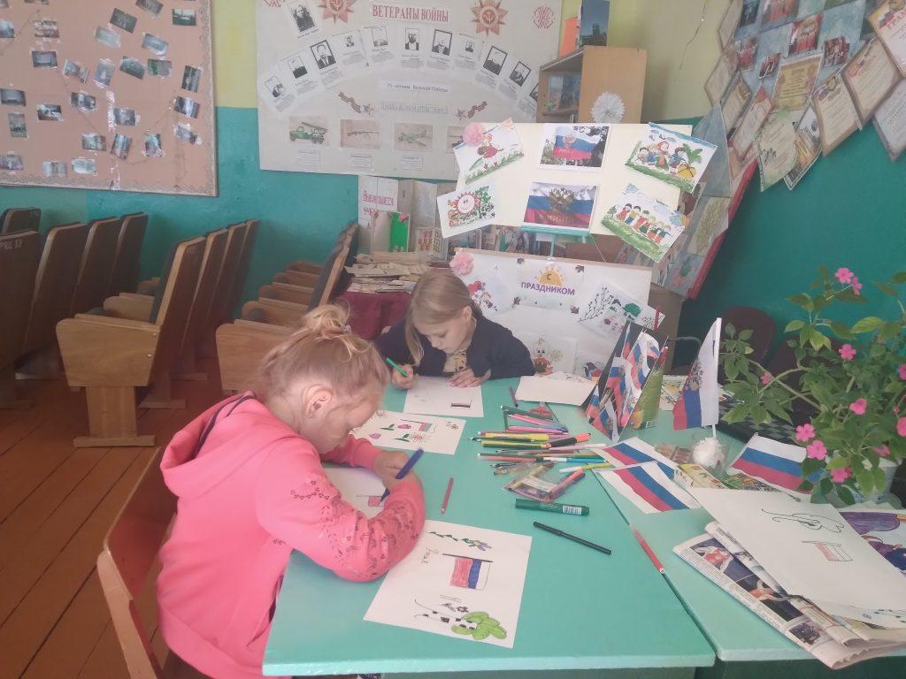 """Работает кружок """"Умелые ручки"""" дети рисуют, делают поделки. Восходский сельский клуб"""