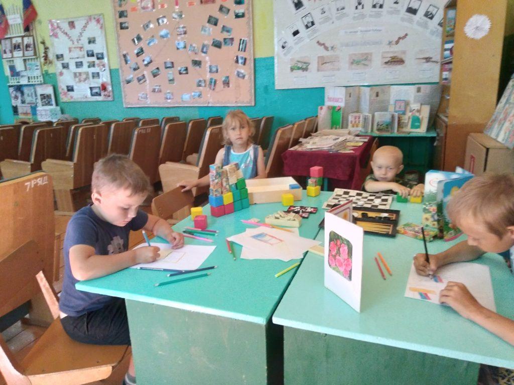 """В Восходском сельском клубе ведется кружок """"Мир искусства"""". Вышивание крестиком ."""