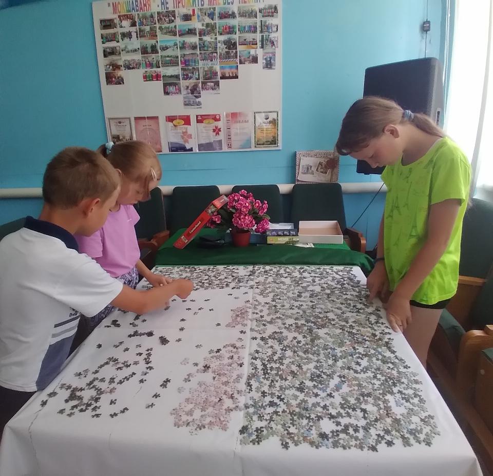 """Дети на кружке Старотеризморгского сельского клуба начали собирать картину из 1500 пазлов """"Ангел прилетел""""."""