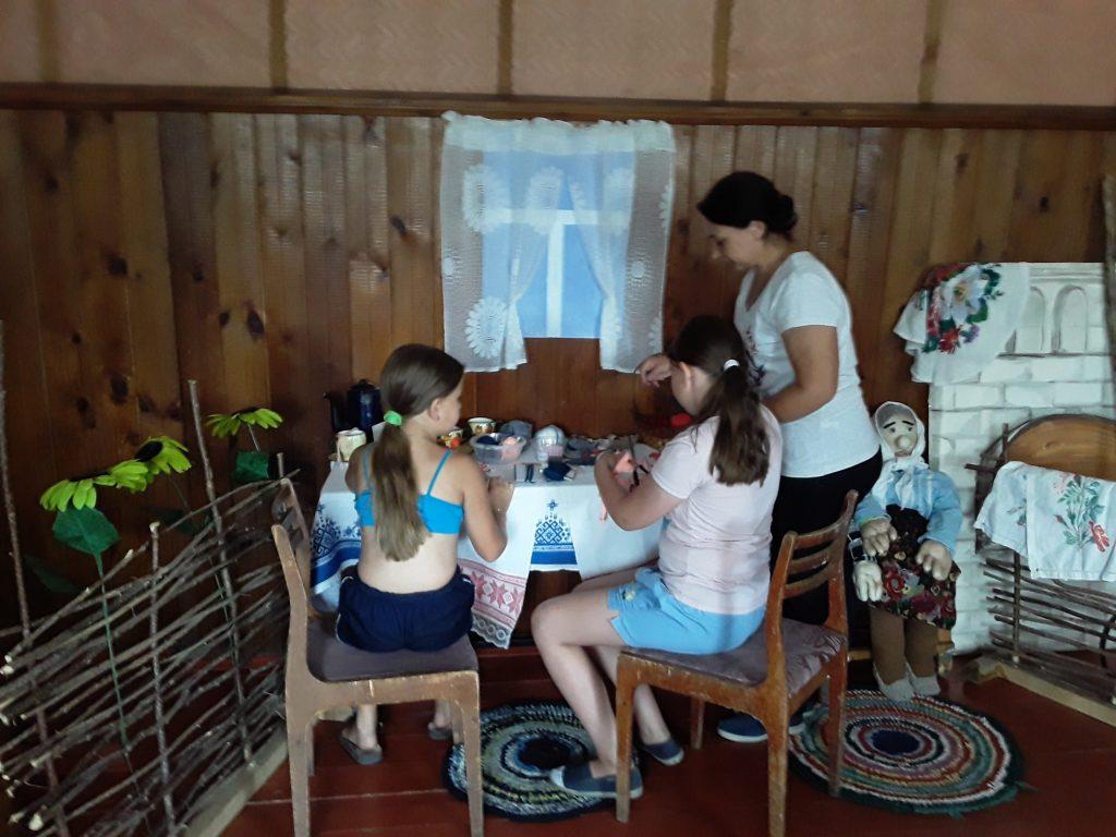 26 июля в Конопатском сельском клубе прошло занятие кружка с детьми по изготовлению кукол-оберегов. Кукла – оберег из ниток является мощнейшим оберегом от невзгод и неприятностей, кукла защищает от злых духов и нечистой силы, приносит богатство и благополучие