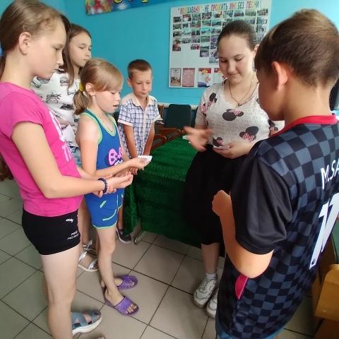 Мы летом не скучаем. Сегодня на кружке ''Мир увлечений'' Старотеризморгского сельского клуба ребята с удовольствием играли в разные интересные игры.