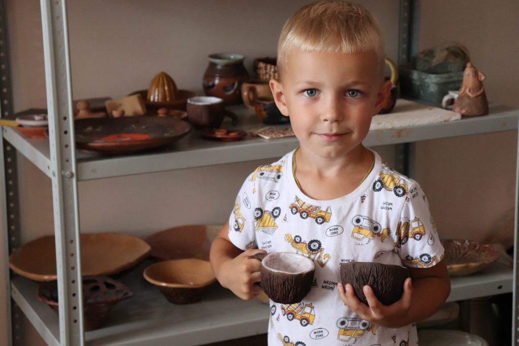 """В МБУК """" Центр культуры"""" продолжают проходить мастер-классы по гончарному ремеслу. Самый лучший подарок -это подарок, сделанный своими руками. Дети с удовольствием лепят из глины подарки для своих близких. Мы рады вам представить готовые изделия Платона и Матвея."""