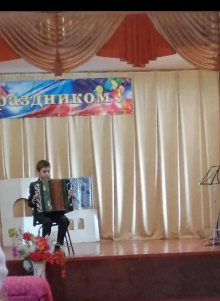 """Участник инструментального кружка """"Поющая душа"""" Данил Демкин. Руководитель кружка Осипов Виталий."""