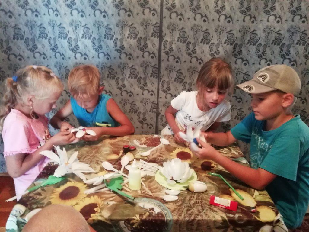 22 июня в Шигонском сельском клубе под руководством заведующей Юдиной Т.Н. прошёл кружок «Умелые ручки». На занятии дети занимались изготовлением цветов, которые не требовали больших усилий или специальных дорогих материалов. Занятие закончилось дружным чаепитием.