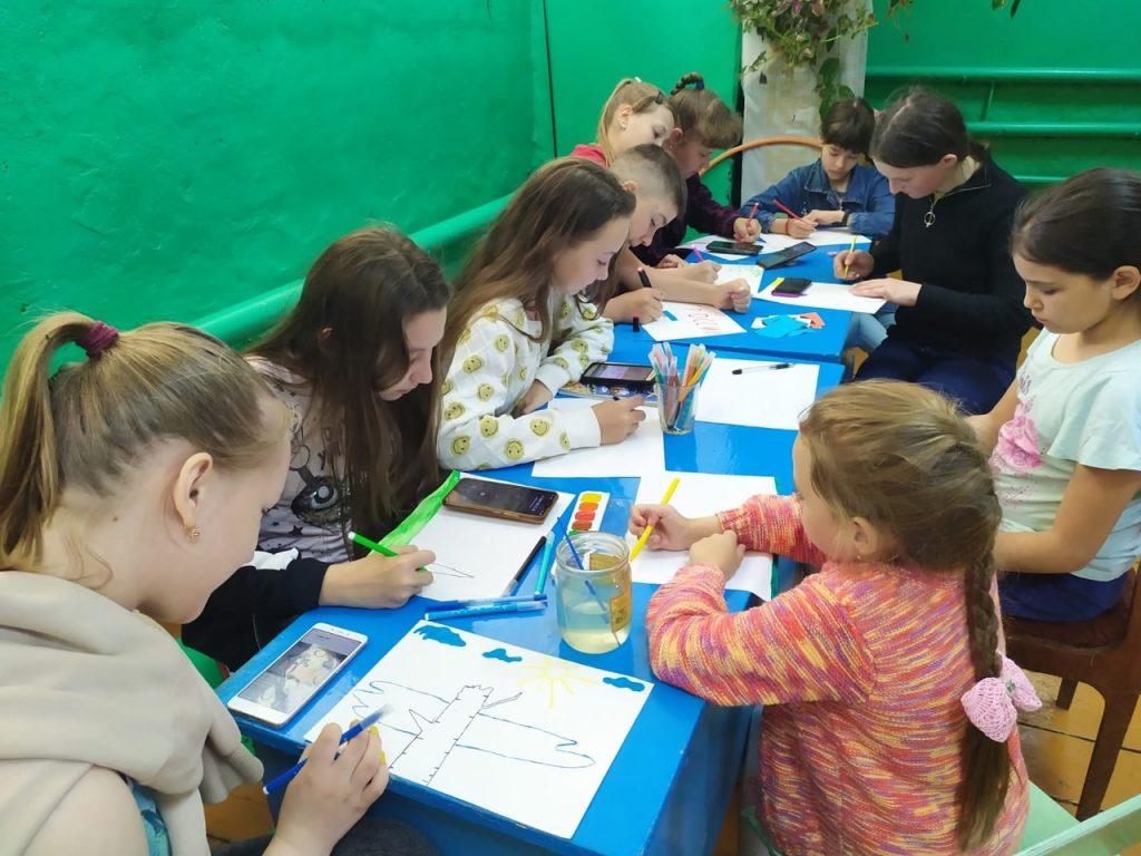 В Шуварском сельском клубе ребята в драматическом кружке рисуют иллюстрации к сказкам собственного сочинения. Интересные сюжеты сказок и забавные иллюстрации придумывают наши дети.