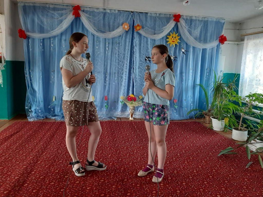 Рабочие моменты вокального кружка в Мельцанском сельском клубе, новый репертуар песен готовят сестры Кристина и Диана Перфильевы.