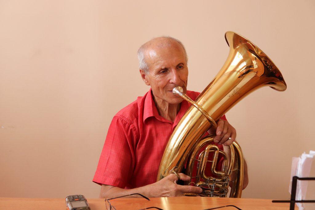 """В МБУК """" Центр культуры"""" Якомаскин Б. И. и Атеняев Е.Ф. разбирают новые партии для дальнейших выступлений духового оркестра в новом творческом сезоне."""