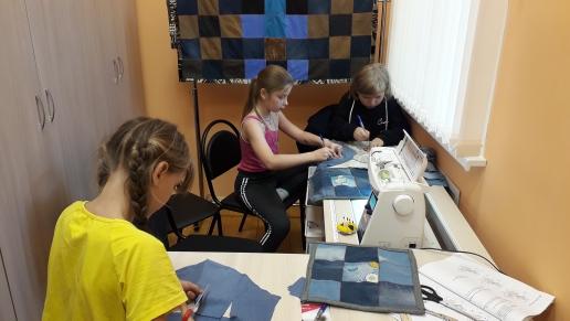 В Богдановском сельском клубе девочки активно и с интересом посещают занятия в клубных формированиях. Мы изучаем и занимаемся лоскутным шитьем. Приглашаем юных рукодельниц на наши занятия
