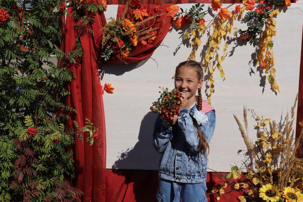 """11 сентября 2021 года в рамках Всероссийской акции """"Культурная суббота"""" на центральной площади села Старое Шайгово была организована фотозона «Осень в лукошке», где «Волонтеры культуры» помогали гостям с реквизитами и запечатлеть момент на фото."""