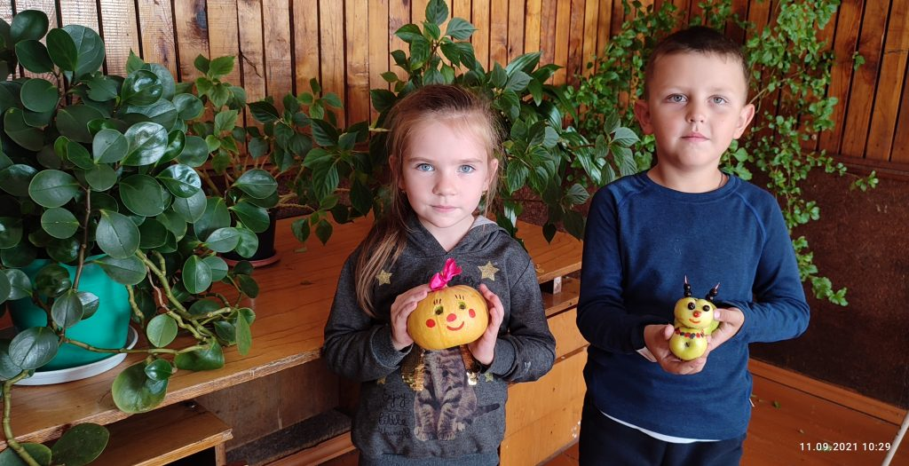 """11 сентября, в Лемдяйском сельском клубе была проведена акция """"Культурная суббота"""". В ходе акции были представлены выставки: выставка декоративно-прикладного искусства и выставка картин, сделанных из листьев. Так же представлены поделки, сделанные детьми из овощей и фруктов."""