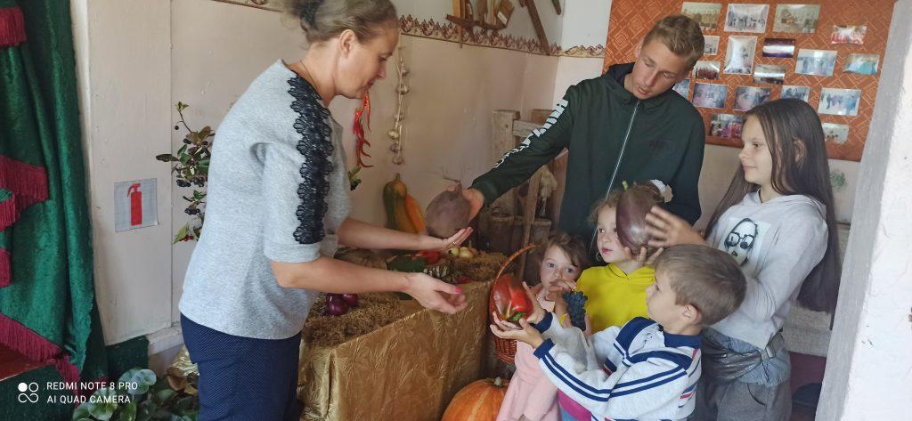 """В рамках проведения акции """"Культурная суббота"""" В Леткинском сельском клубе прошла выставка """" Дары осени"""". На выставке были представлены овощи и фрукты выращенные на личных подсобных хозяйствах села Летки."""