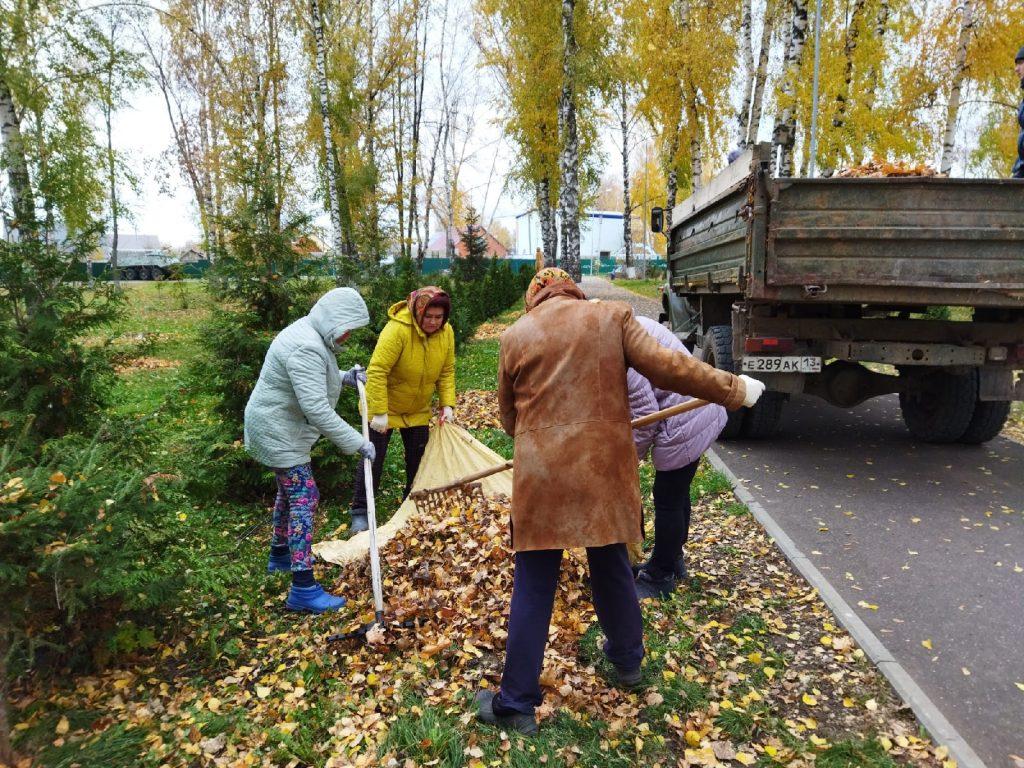 13 октября, работники культуры продолжают уборку территорию Парка культуры и отдыха.