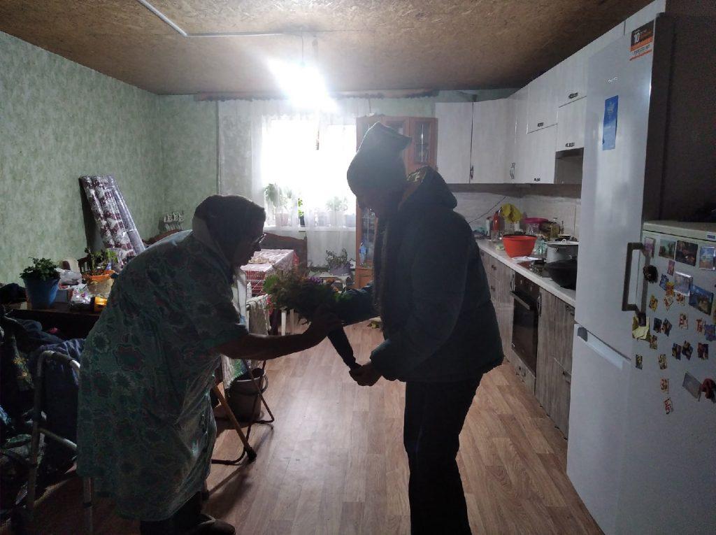 В Шуварском сельском клубе ребята составили букеты для поздравлений пожилых людей с их праздником.